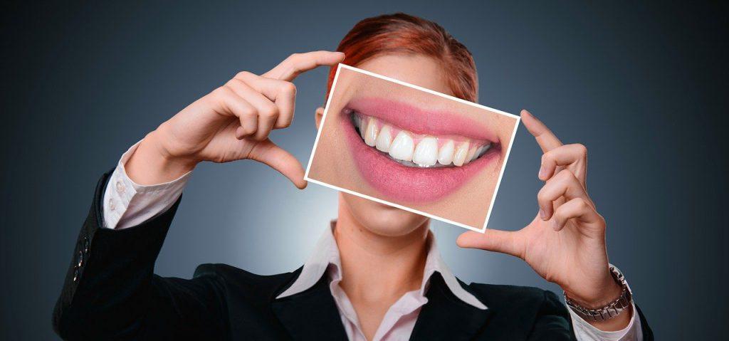 piękny uśmiech, wybiealnie zębów